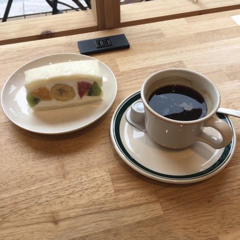 インスタ映えするパンとエスプレッソとのフルーツサンド